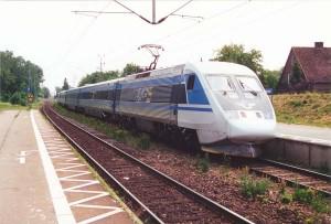 SJ X2000 gör uppehåll för möte i Billeberga i juni, 2000