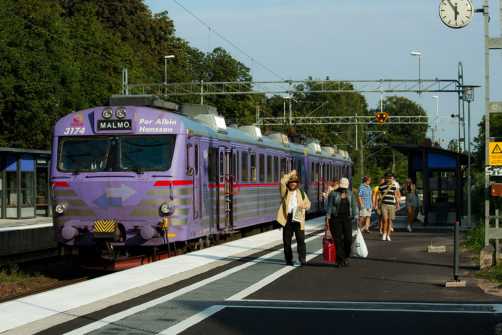 Tåg med avstigande resenärer