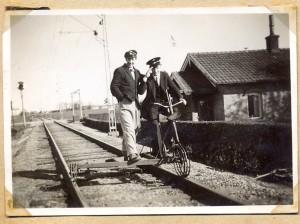 Banvaktsstugan vid Marieholm. Cykeldressin på sp&aringret.