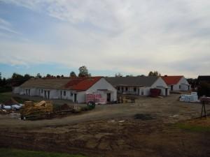Bild av 3 huslängor under byggnad